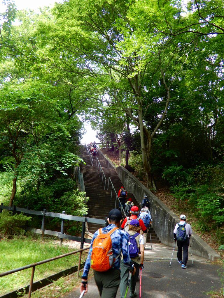 北八朔公園の階段を上る皆さん