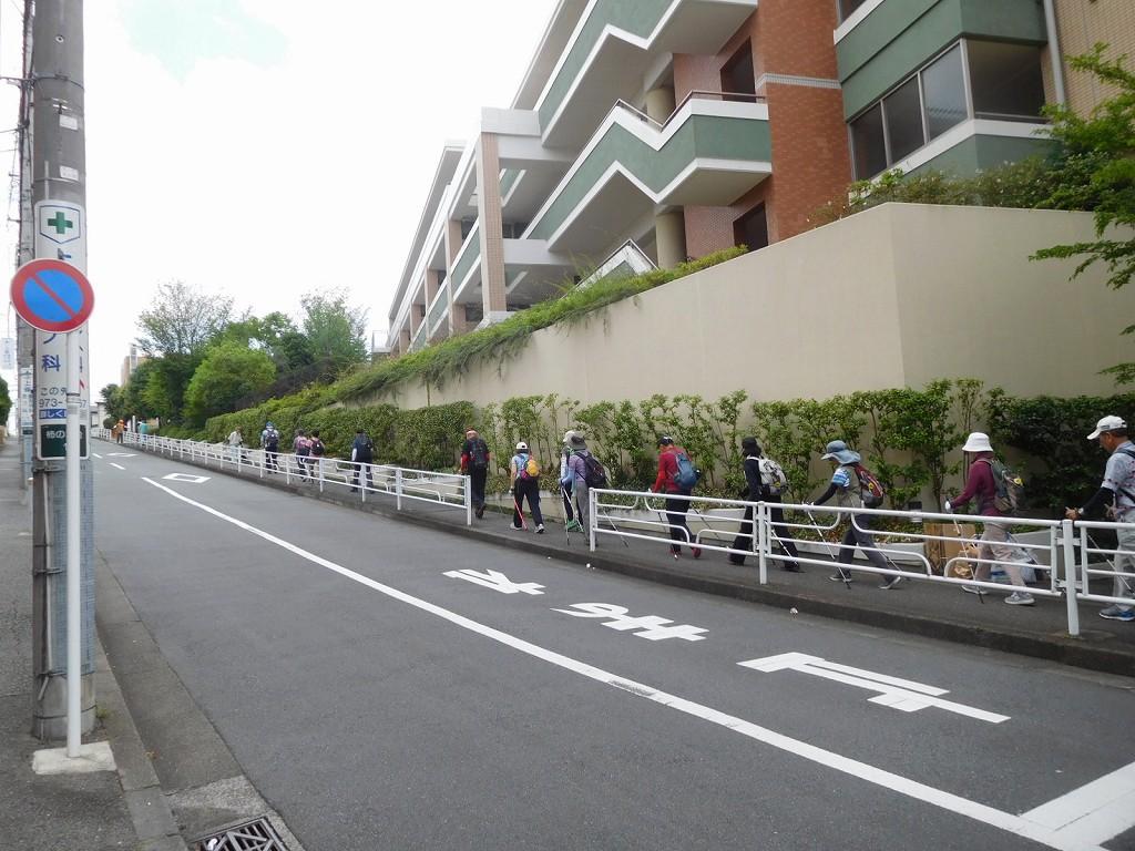 藤が丘地区センター横の坂を登る