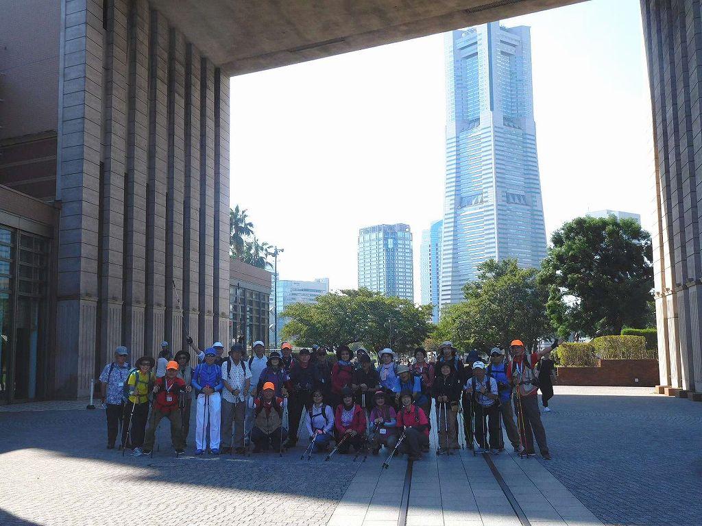 「ナビオス横浜」の建物下の通称「凱旋門?」で集合写真