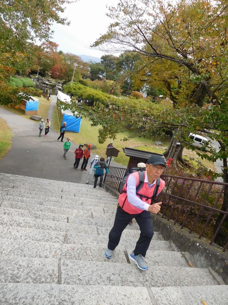 天守閣目指して登りましょう 元気いっぱい薩摩隼太のTさん