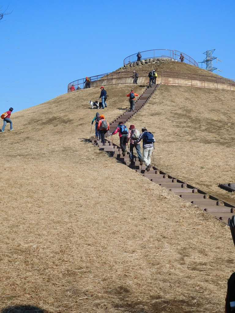 川和富士公園の頂上目指してウォーキング 青空が綺麗!!