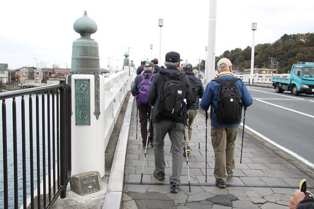 歌川広重の描いた「野島夕照」の名の4代目夕照橋を渡る