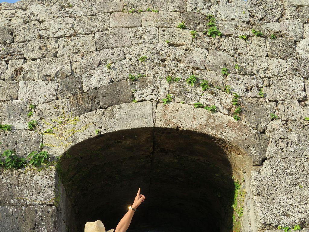 くさびが有名なアーチの石垣門