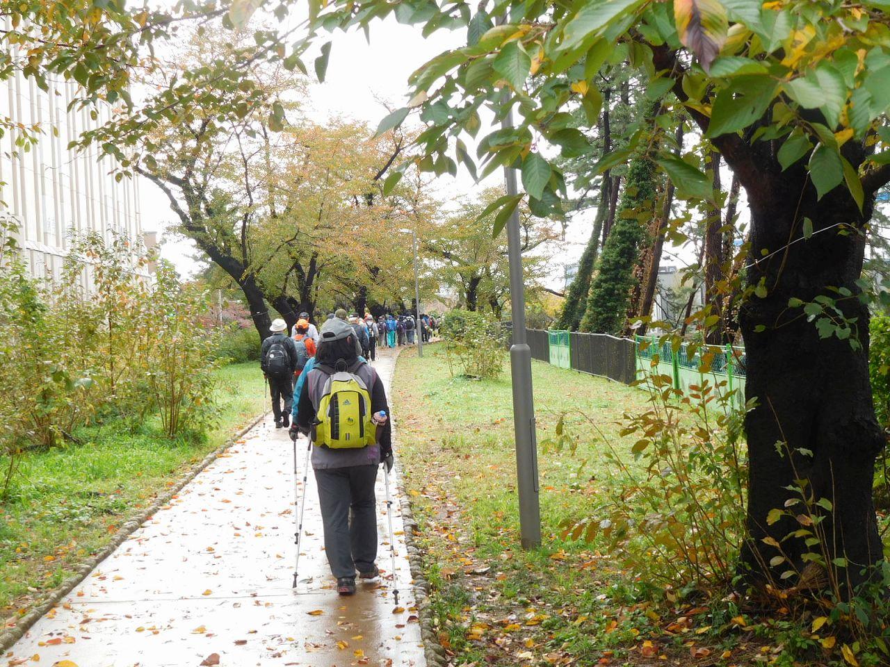 四谷外堀の土手を歩く 隣の建物は雙葉学園