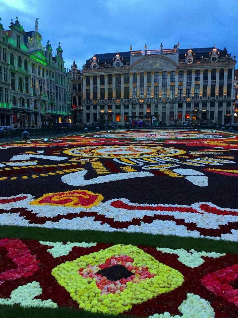 ブリュッセルの広場はフラワーカーペットのよう
