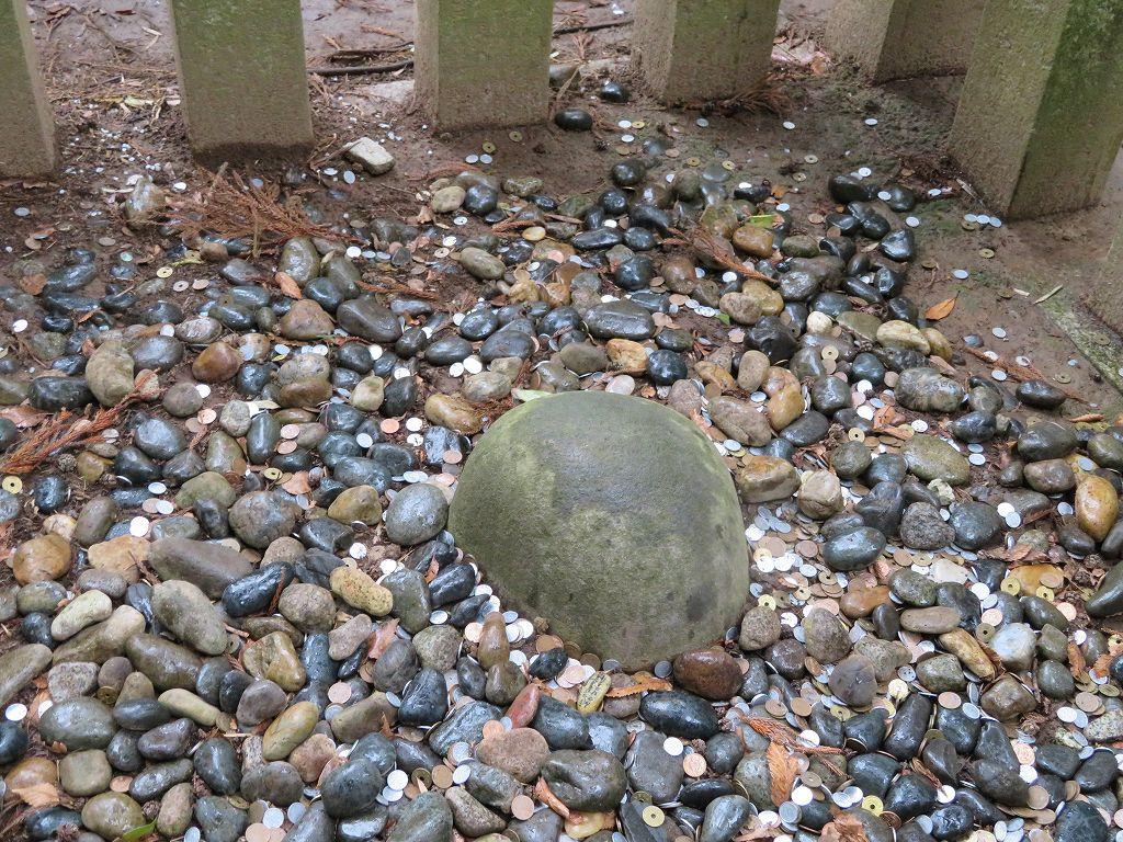 香取神宮の地震を抑える要石(香取は凸、鹿島は凹)