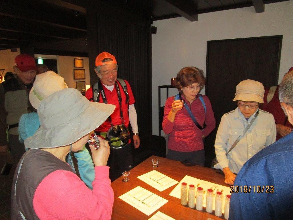 宮坂醸造で清酒の試飲 女性群が頑張っていますね