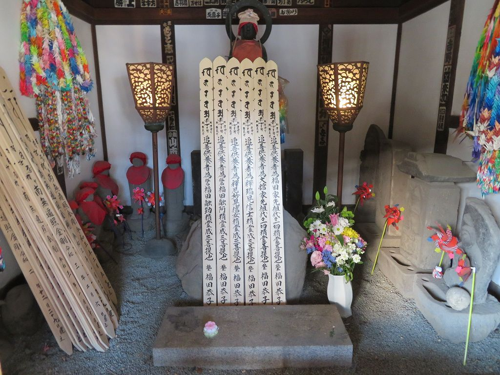 上杉氏憲の子 憲顕自害の墓標(自然石が墓標)