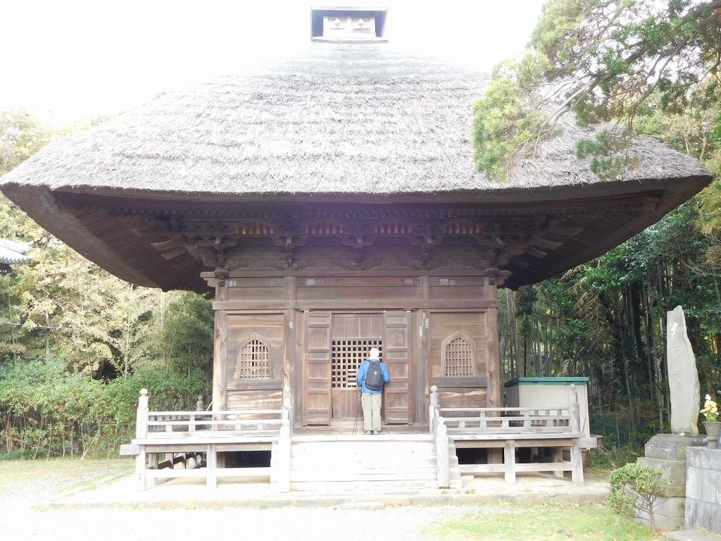江戸時代再建の釈迦堂 茅葺の屋根は今どき珍しい
