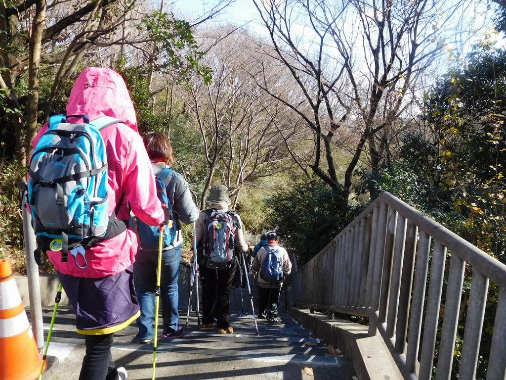 北八朔公園入口の階段を慎重に歩く