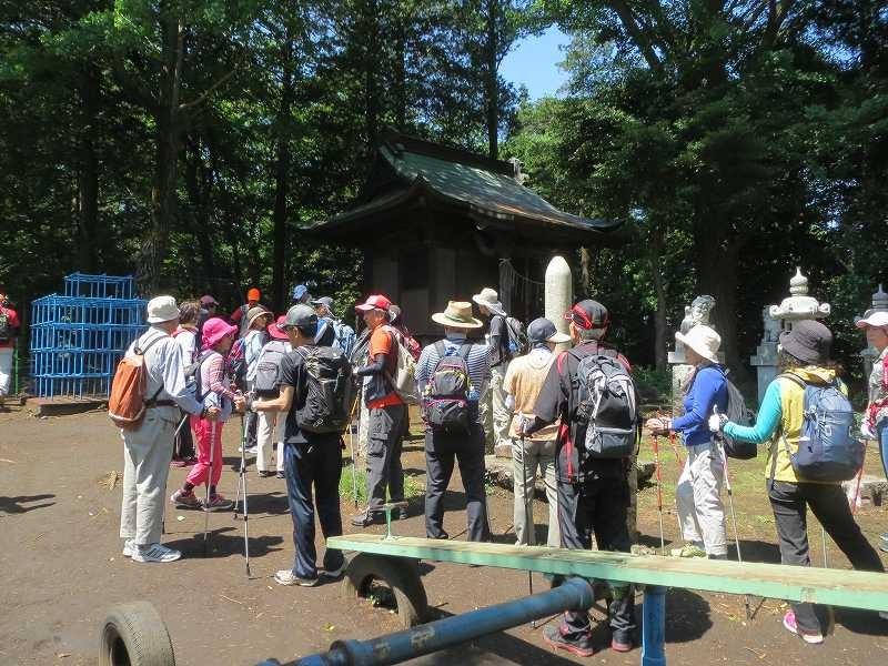 金毘羅神社八坂神社前で解説を聞く会員