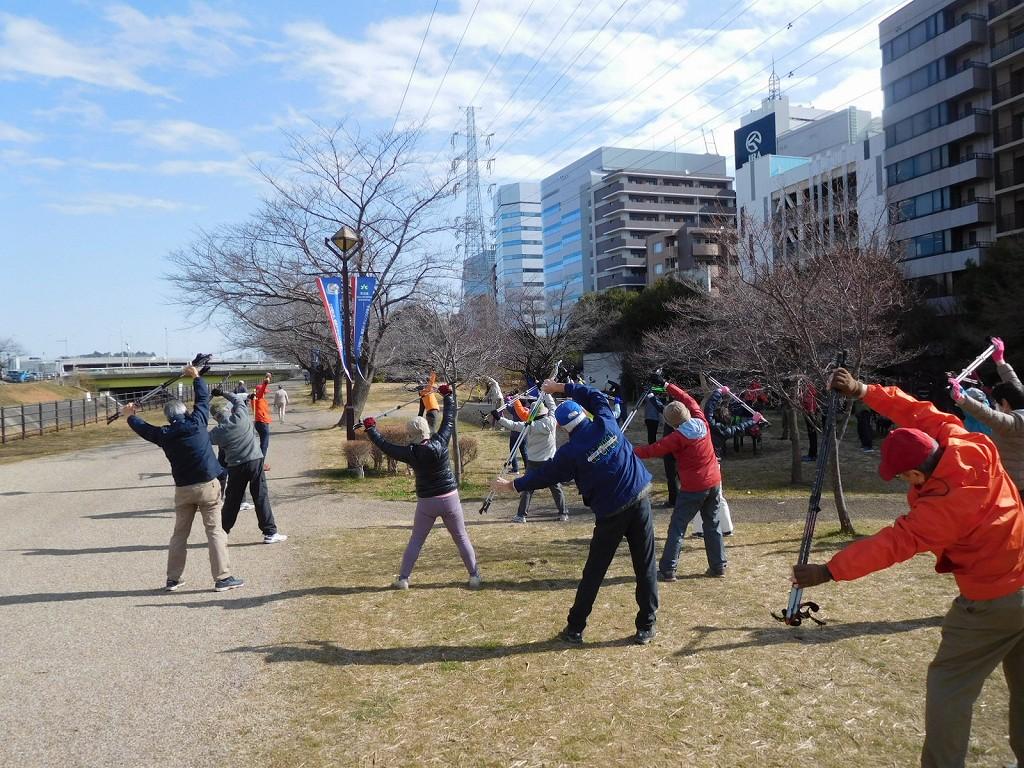 新横浜駅前公園でウォーミングアップ