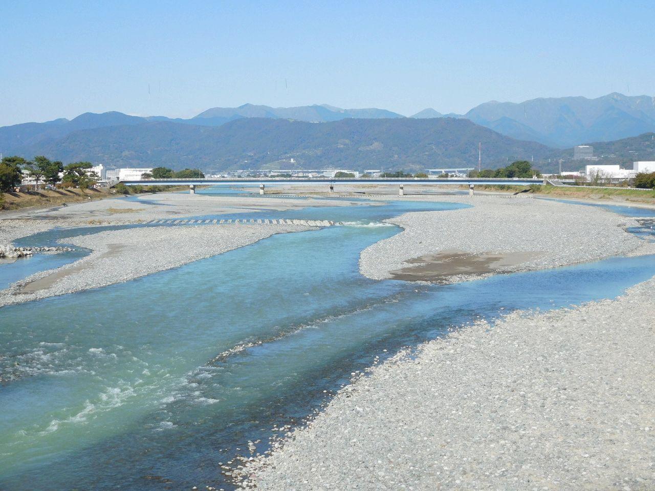 川と箱根の山々