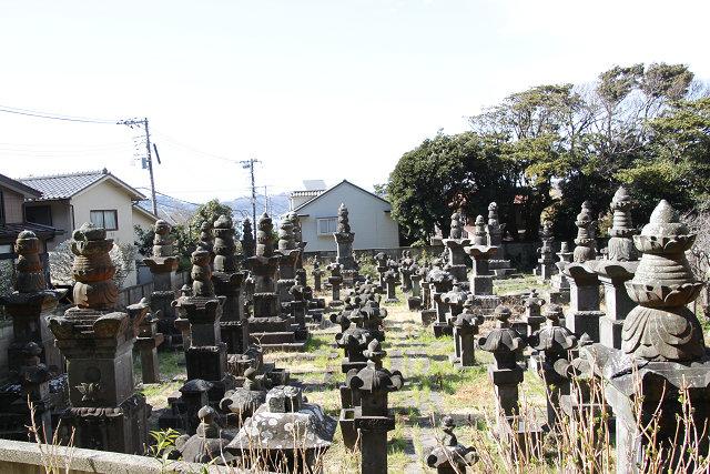 鎌倉市指定史跡、日向延岡城主内藤家歴代墓地 高さ3mの大宝篋印塔もある