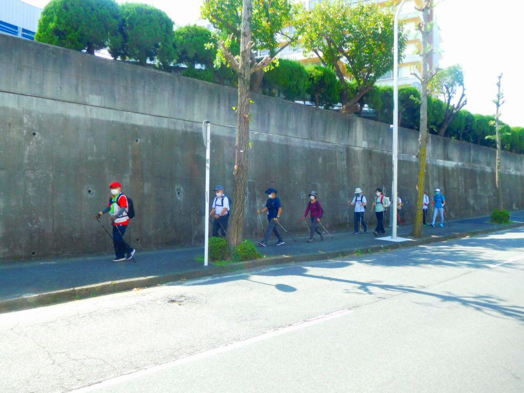 昭和医大藤が丘病院横を歩く二班の皆さん