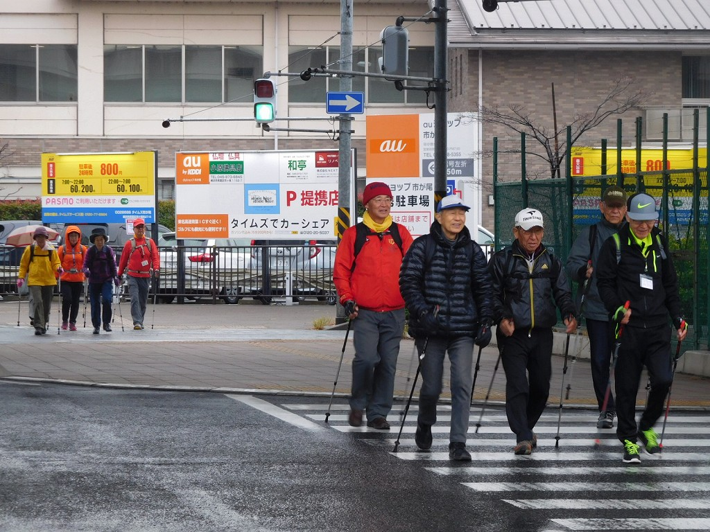 国道246号の横断歩道を歩く