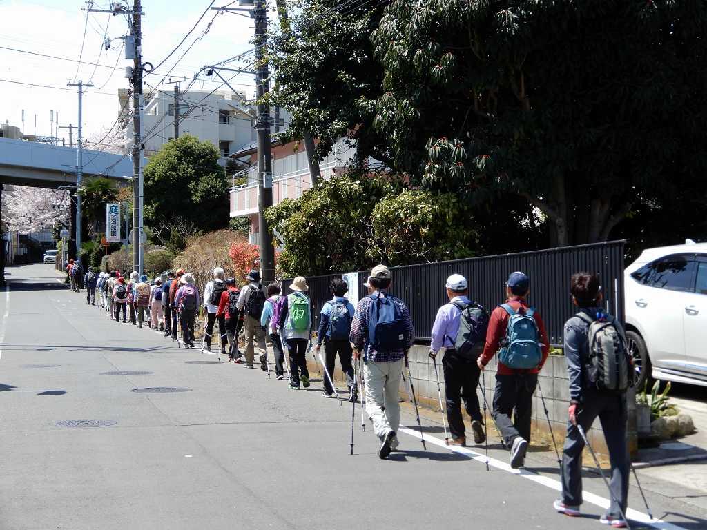 長津田の町を一列で歩く