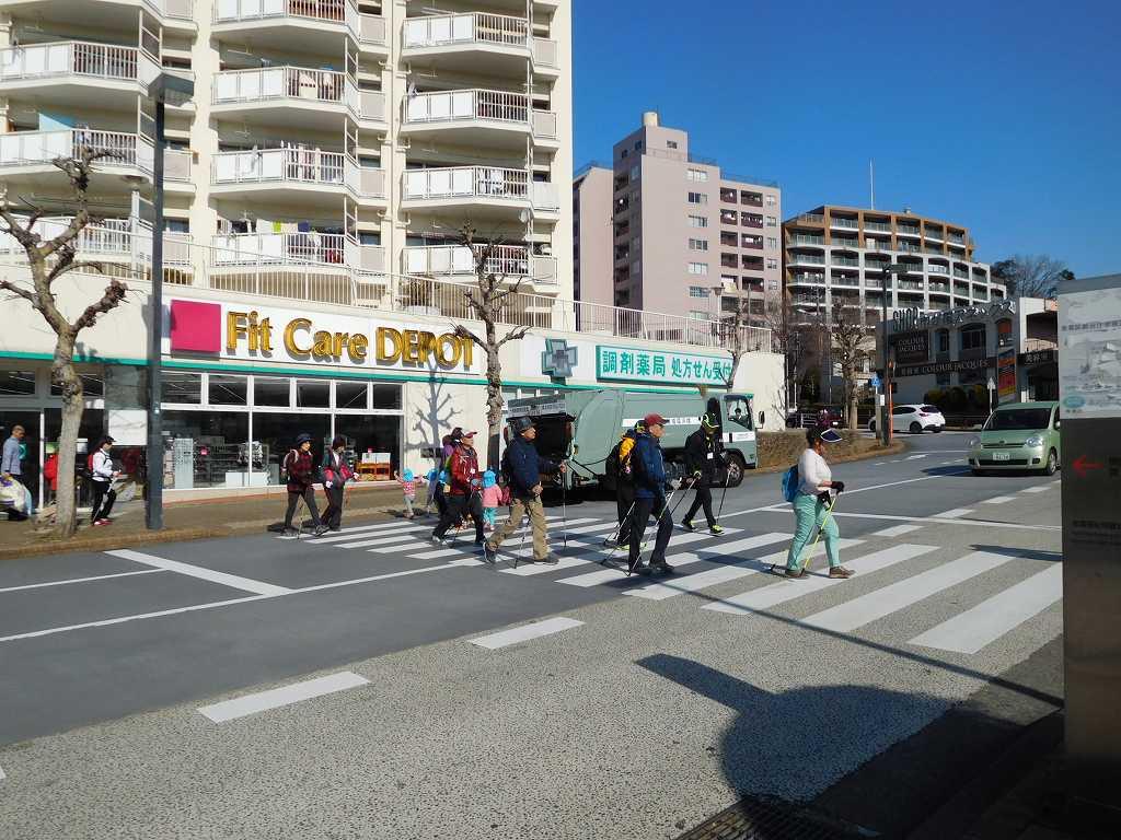 市が尾駅前の歩道を横断する  手前でお巡りさんが交通指導