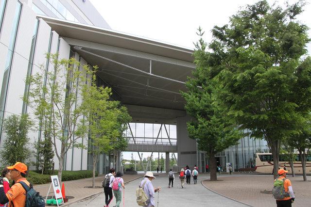 日本体育大学到着 大型バスも停まっていました