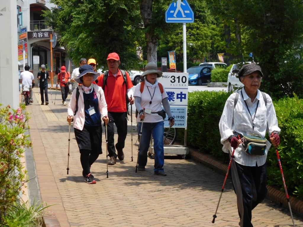 市ヶ尾第三公園に向けて!! 本日は80歳台が3名の参加です。