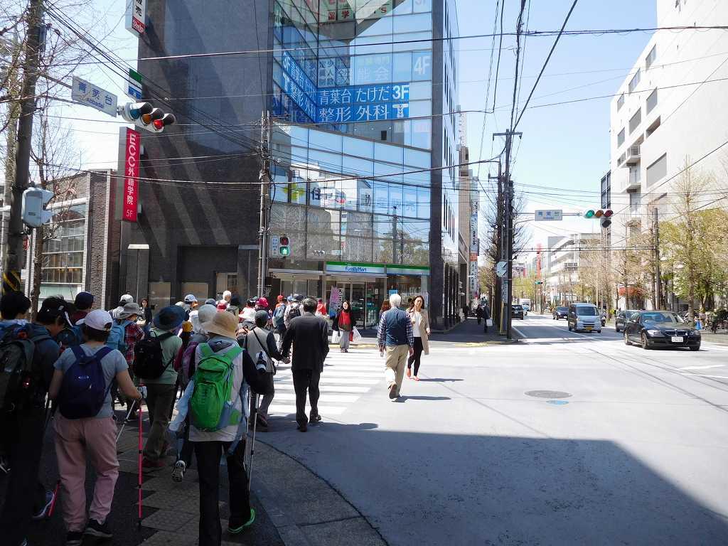 青葉台駅前通りの横断歩道を渡る