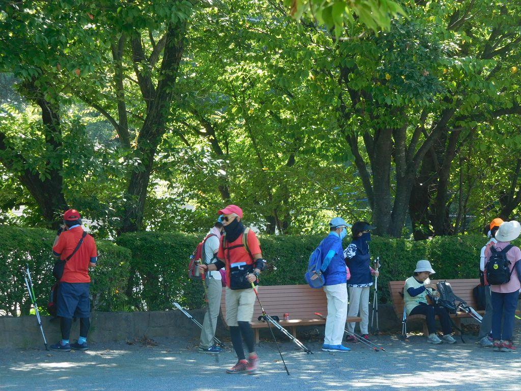 折田不動公園で休憩 どうしても木陰に集まりますよね