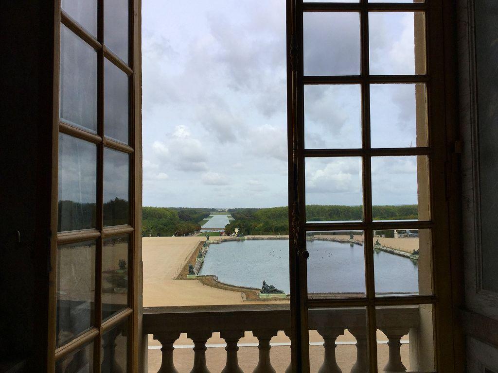 ヴェルサイユ宮殿「鏡の間」から庭を覗くと
