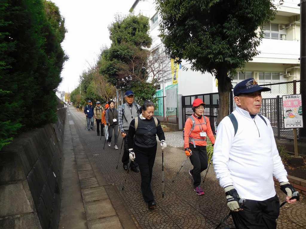 荏田西小学校横を体験者と一緒に歩くI世話人