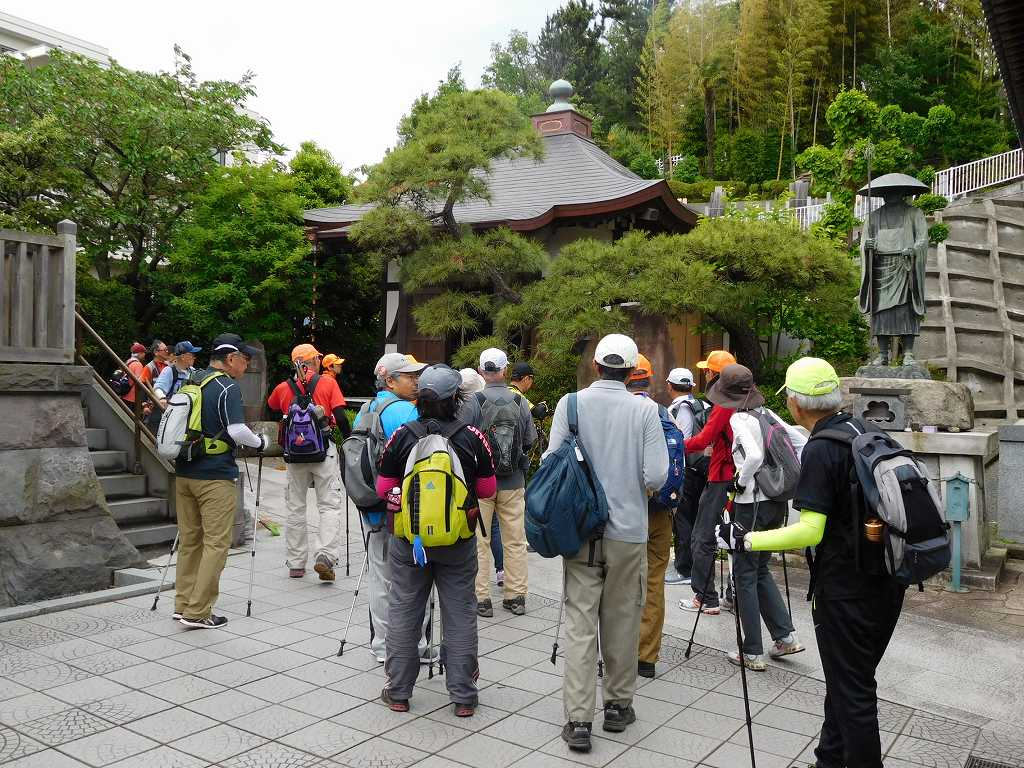 観福寺へお参り 弘法大師像の前、左手に鐘撞堂がある