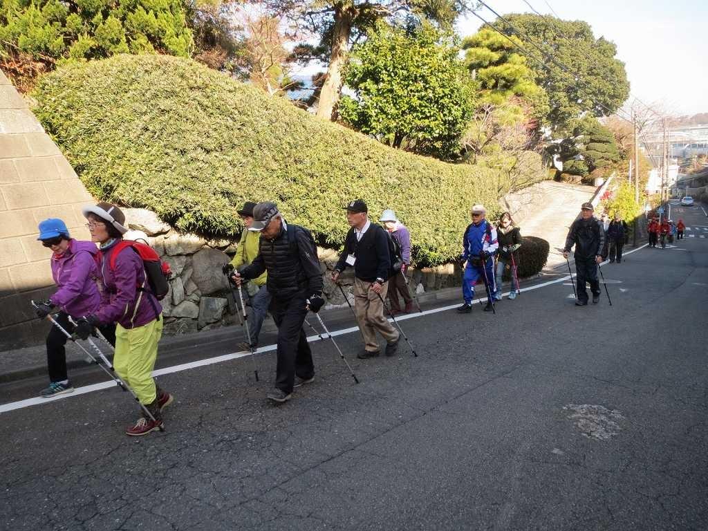 東名高速側道の急坂を頑張って登る