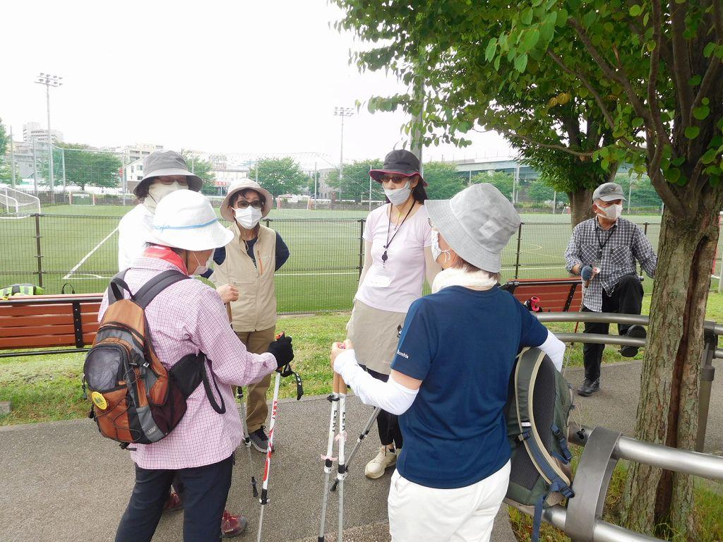 三々五々谷本公園へ集合 お話が弾む女性群