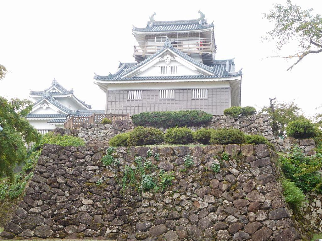 10・11月は「天空の城」発生率が高い 越前大野城の石垣と天守