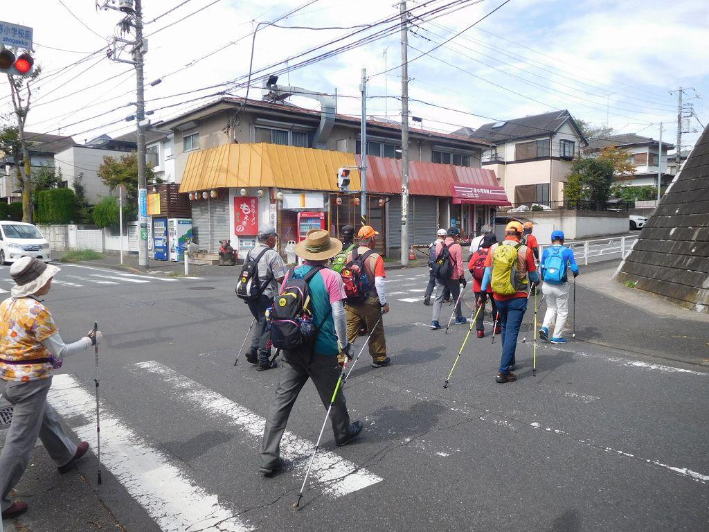 もえぎの小学校横の交差点を進む