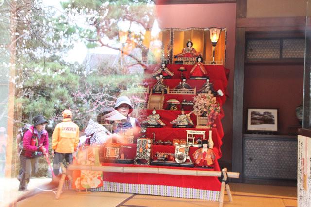 白秋児童館 ひな祭り 硝子に写って面白い写真ですね