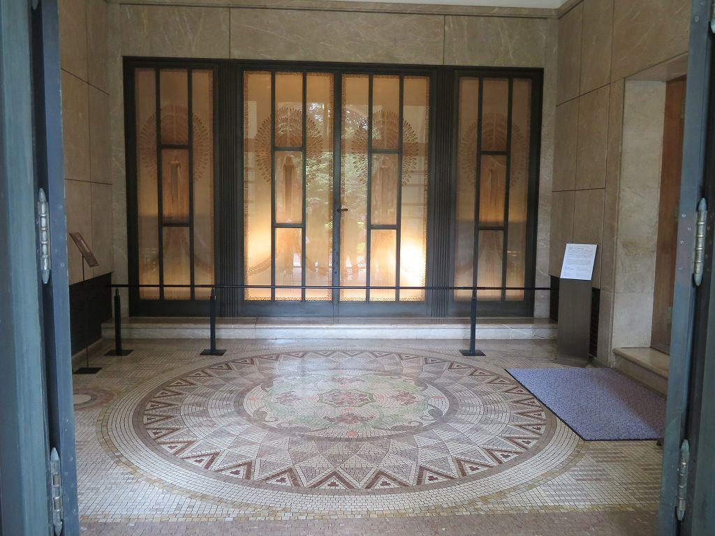 玄関はレリーフ扉で床は大理石モザイク張り