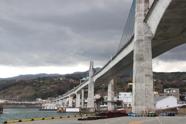 漁港から見る高速道路