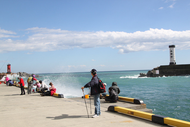 釣り人のいる所は波が打ち寄せている。20㎝以上の黒鯛が釣れていた