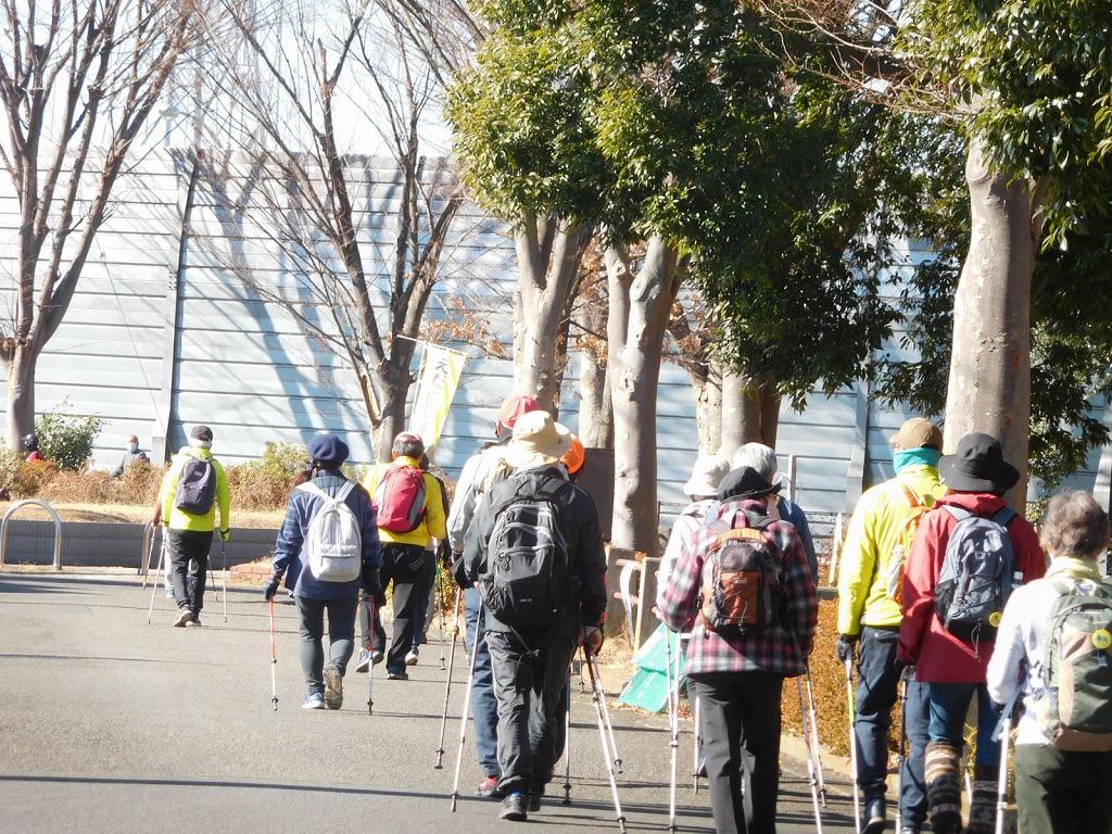 東名高速道路横の荏田猿田公園横を歩く