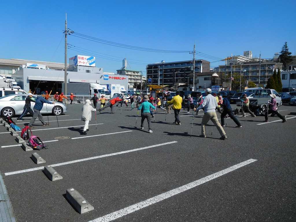鶴見川横の駐車場でウォーミングアップ