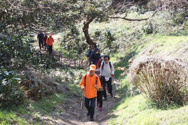 披露山の急坂を上る先頭