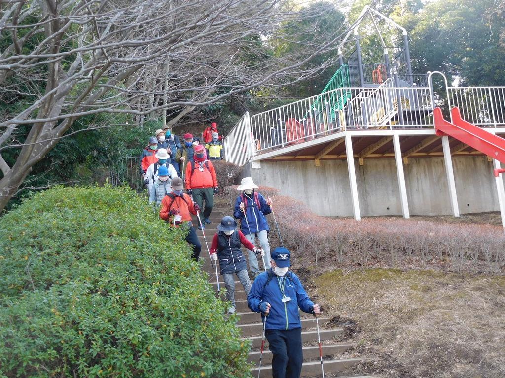 折田不動公園で富士山・観梅を終え降りてくる皆さん