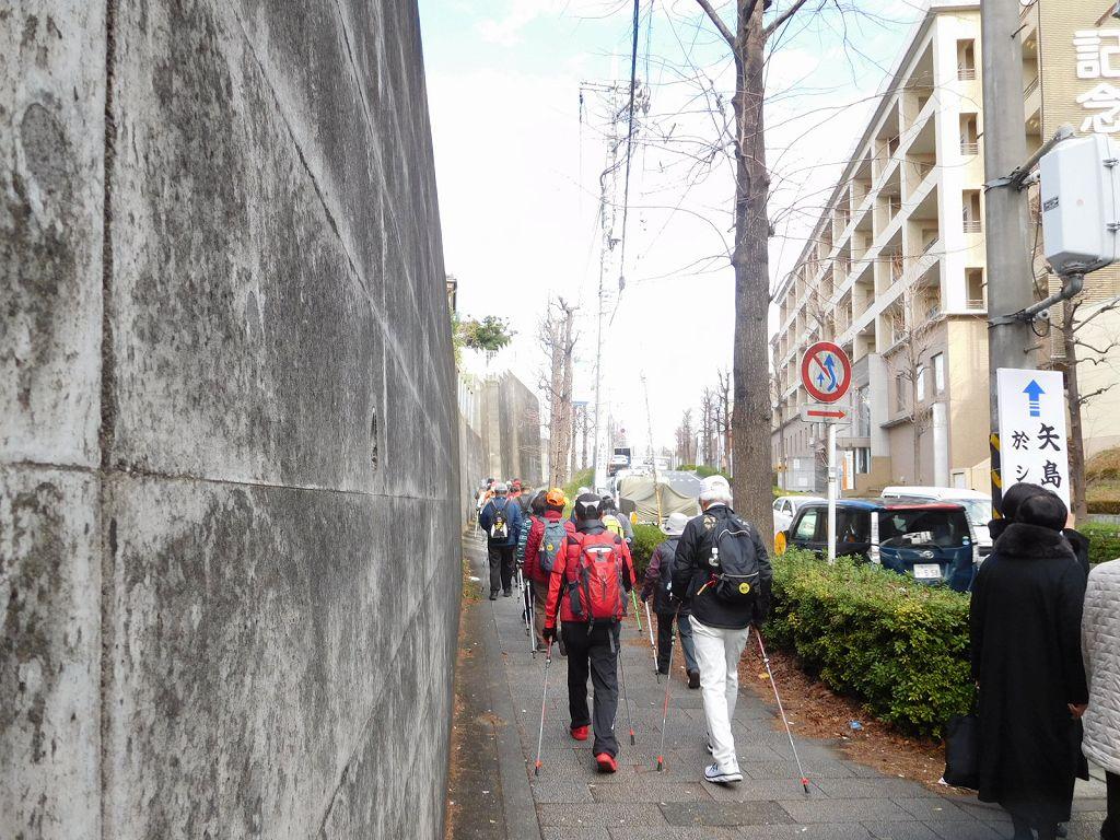 江田記念病院前をあざみ野駅に向かってウォーキング