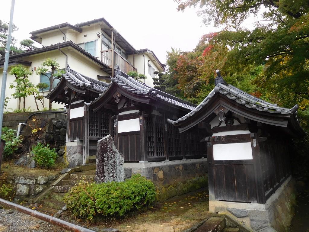 温泉寺のすぐ近くに西国33観音が祀られている3棟の祠があります