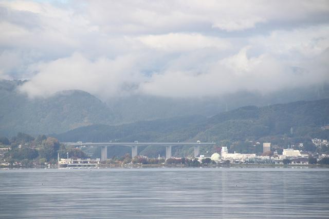 遠く岡谷方面に高速道路の高架橋が見えます