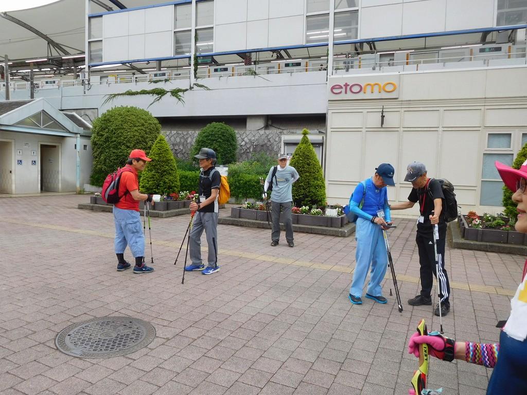 江田駅北口で水分・糖分補給休憩
