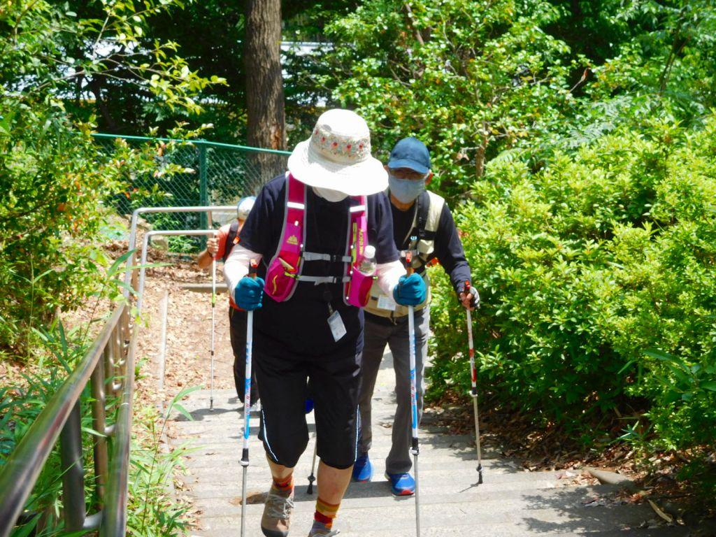 千草台第二公園手前の階段を上がる
