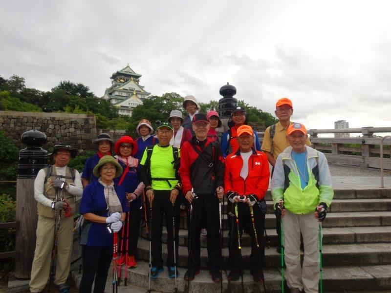 大阪城で参加者全員の記念撮影