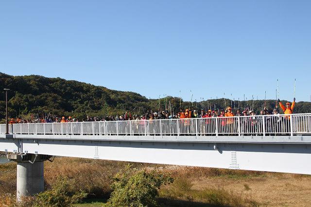 羽村堰下橋でポールを掲げて。誰が何処に写っているのでしょうね