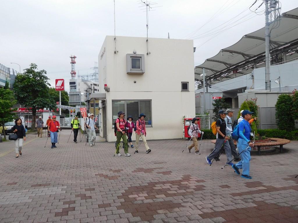 江田駅南口駐在所前をウォーキング