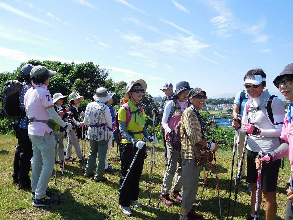 稲荷前古墳群の頂上で遠く大山・富士山の眺望を楽しむ